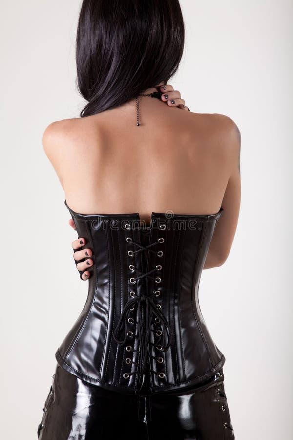 Gotisk kvinna som omfamnar hon själv royaltyfri bild