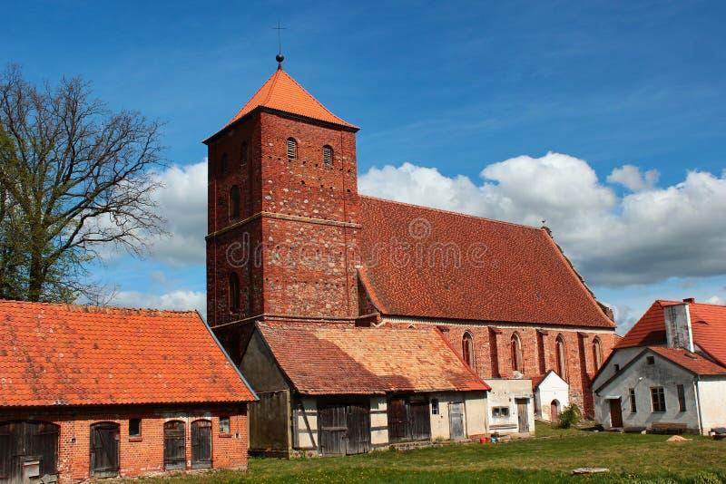 Gotisk kyrka av den obefläckade hjärtan av den välsignade oskulden Mary i Barciany, Warmian-Masurian Voivodeship, Polen royaltyfri fotografi