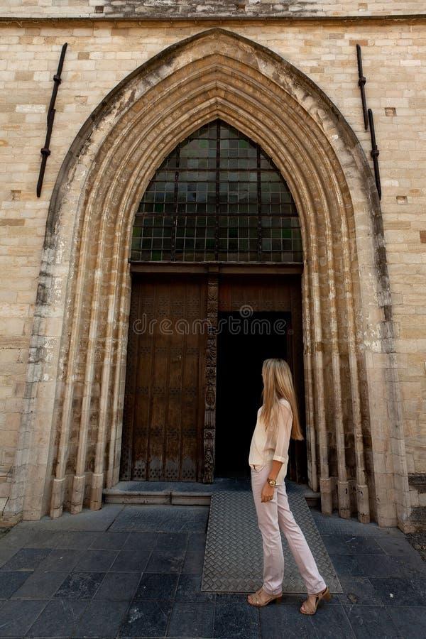 Gotisk kyrka kvinnaför trädörr arkivfoto