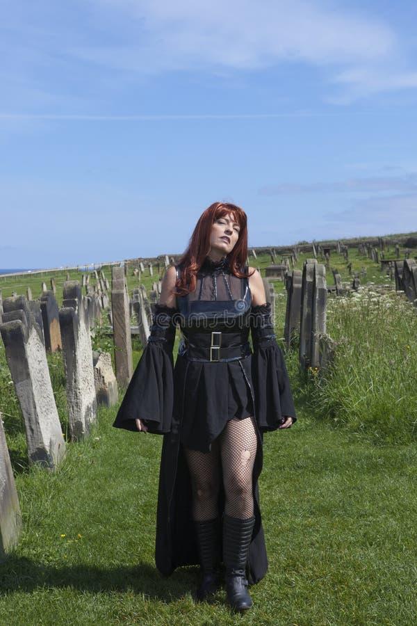 Gotisk modell med den svarta klänningen arkivfoton