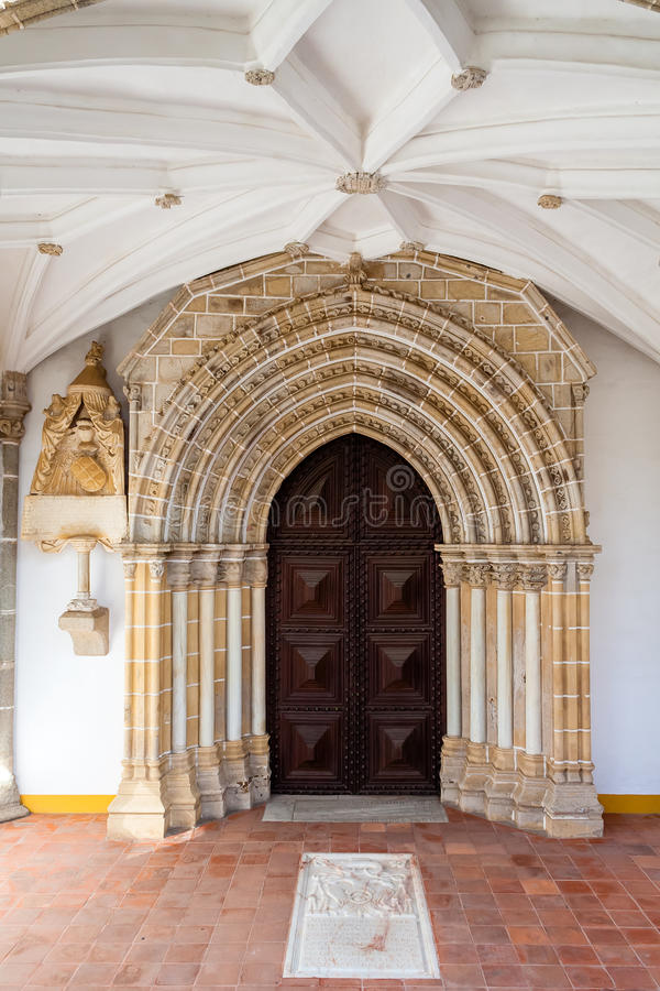 Gotisk portal i den Loios kloster som används som ett historiskt hotell royaltyfri fotografi