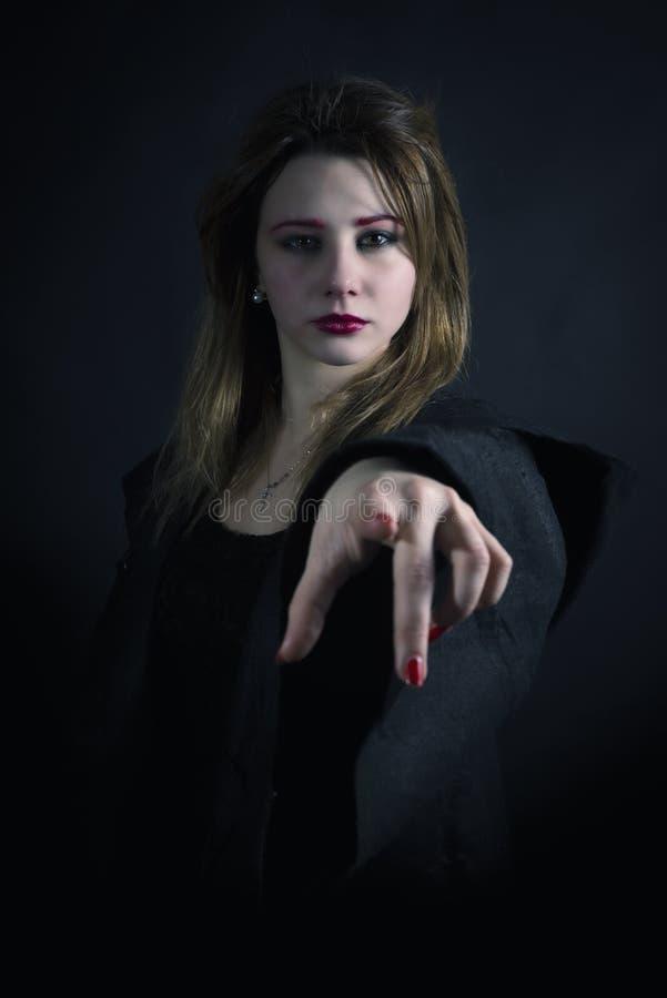 Gotisk priestess som pekar dig arkivfoto