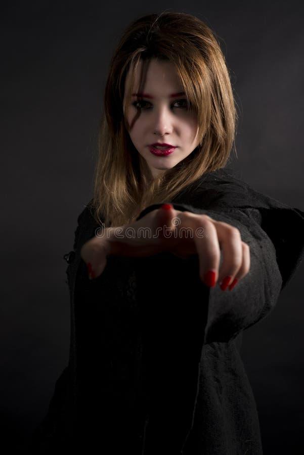 Gotisk priestess som pekar dig fotografering för bildbyråer