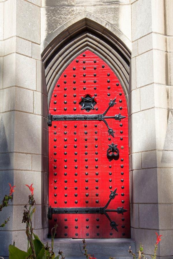 Gotisk röd dörr fotografering för bildbyråer