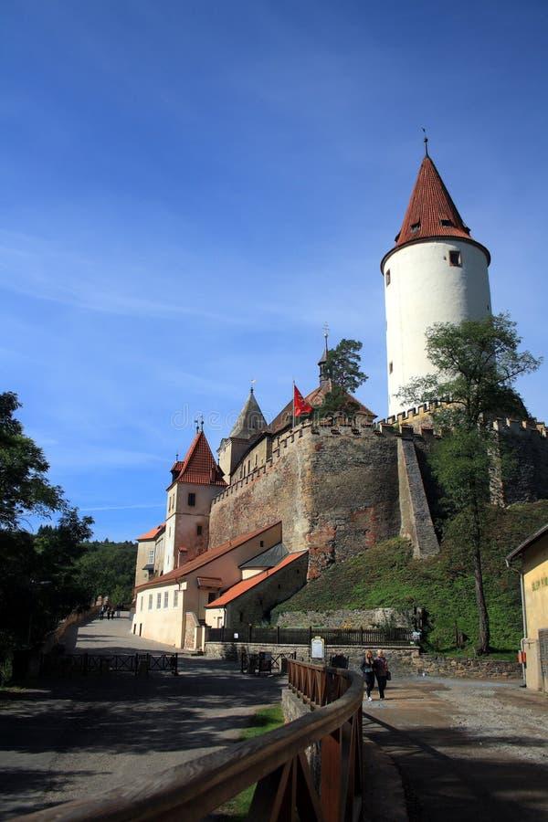 Gotisk slott Krivoklat, Tjeckien Blåttsky- och gräsplantrees arkivfoto