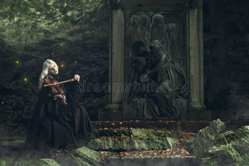 Gotisk stående av en mörk dam som spelar en lurendrejeri royaltyfri bild