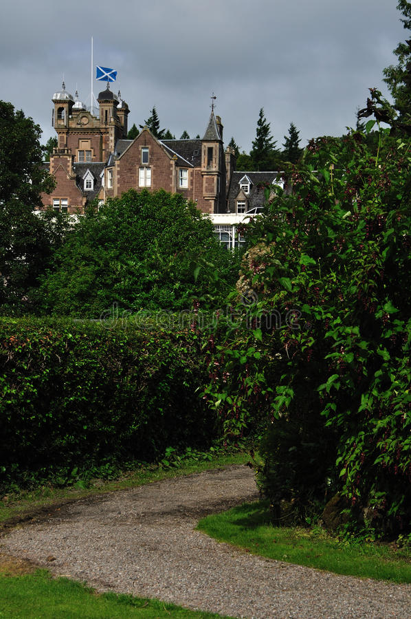 Gotisk stenbyggnad i trädgården arkivfoton