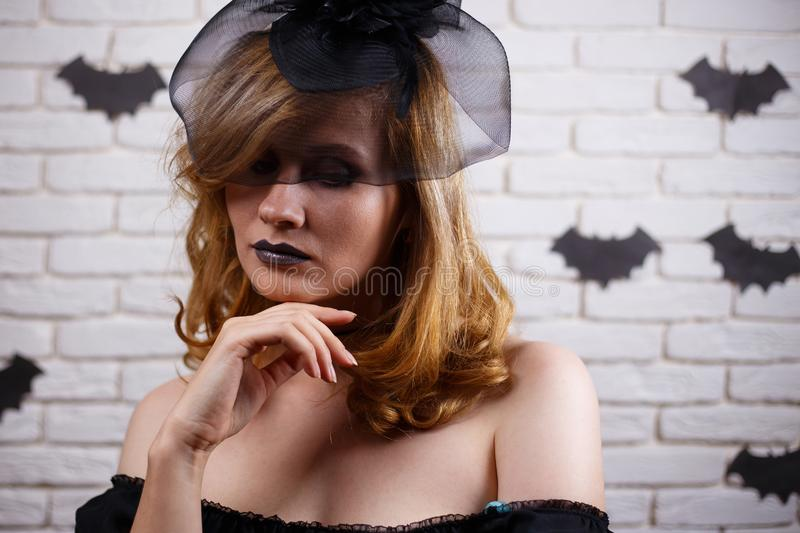 Gotisk ung kvinna med mörk makeup Allhelgonaafton beröm, medeltal arkivbild