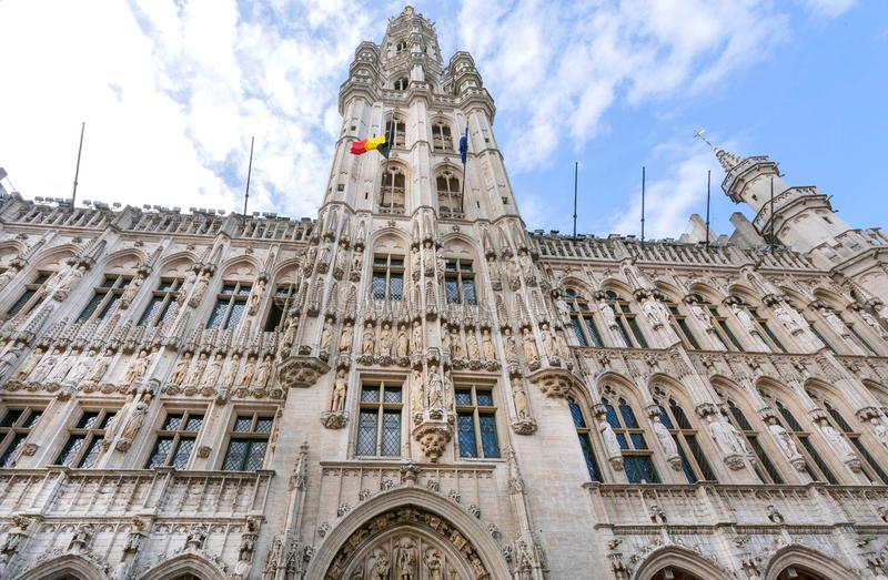 Gotiska skulpturer och torn av det 15th århundradestadshuset, UNESCOvärldsarv i Bryssel royaltyfri bild