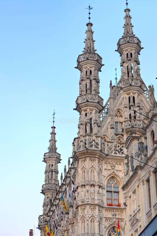 Gotiska tornspiror av stadshuset av Leuven, Belgien royaltyfria bilder