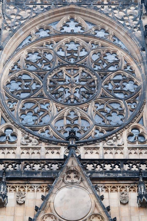 Gotiskt rosa fönster av St Vitus Cathedral i Prague royaltyfria foton