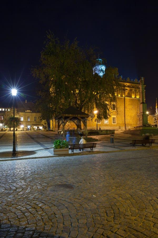 Gotiskt stadshus för tegelsten och högt klockatorn för åttahörnig renässans på gammal marknadsfyrkant fotografering för bildbyråer