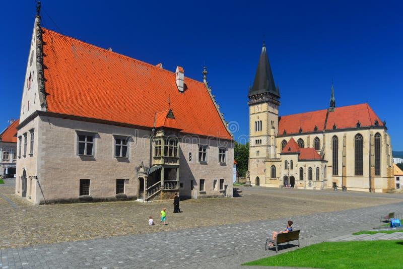 Gotiskt stadshus och en kyrka i Bardejov royaltyfria foton