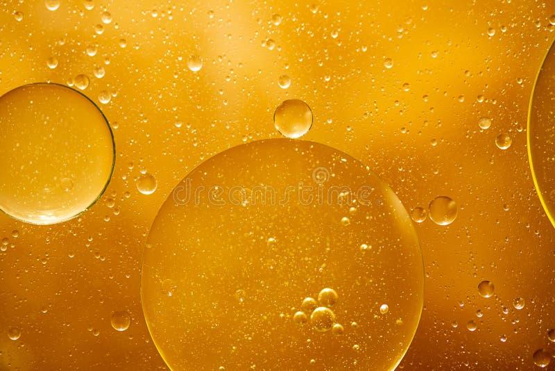 Gotita amarilla de oro del aceite de la burbuja imagen de archivo libre de regalías