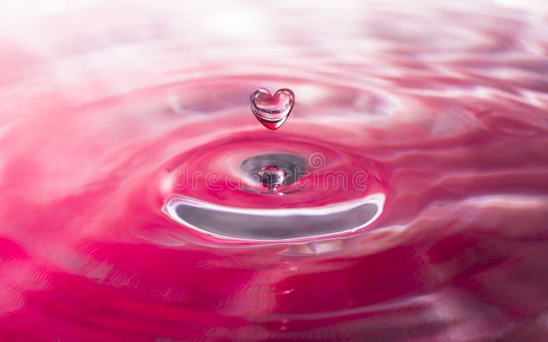 Gotita de agua en forma de corazón foto de archivo libre de regalías