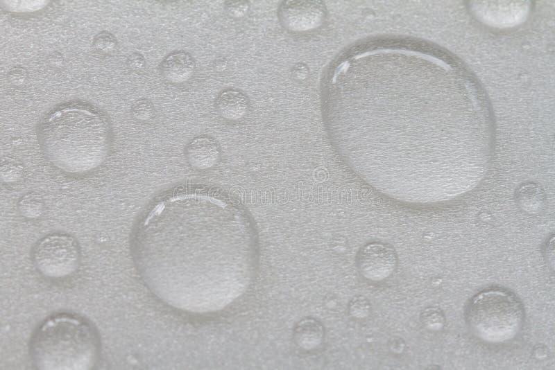 Gotitas de agua en el fondo blanco foto de archivo