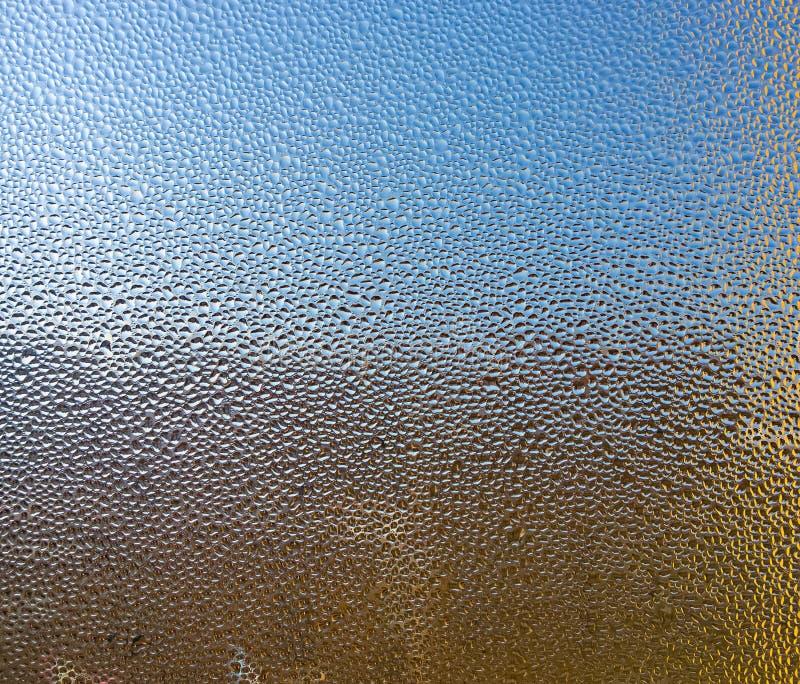Gotitas de agua sobre el vidrio Fondo coloreado libre illustration