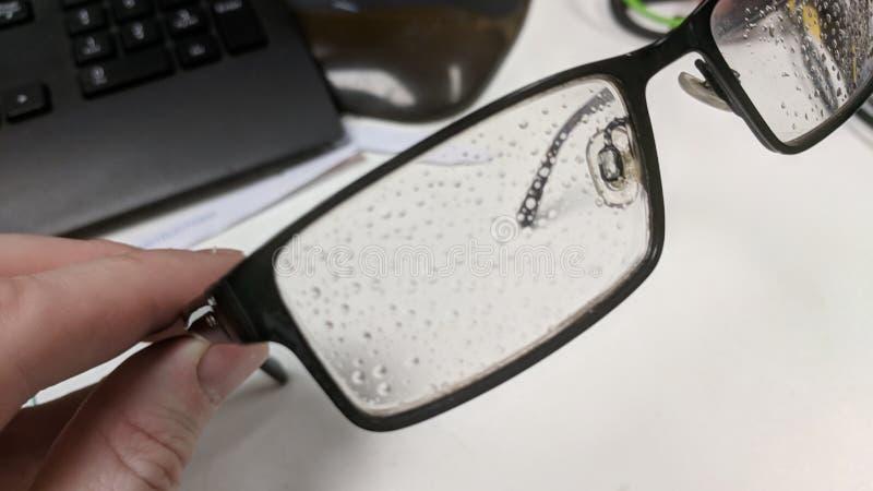 Gotitas de la condensación en un marco de los vidrios foto de archivo libre de regalías