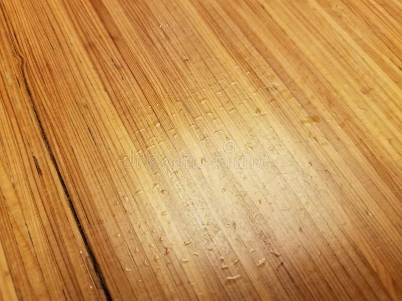 Gotitas o descensos de agua en la tabla de madera marrón imágenes de archivo libres de regalías
