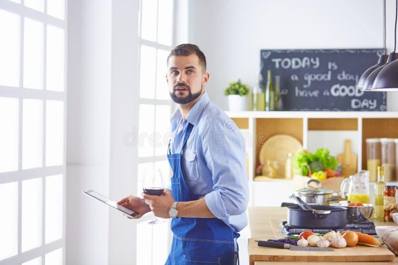 Gotować, zawód i ludzie pojęć, - męski szefa kuchni kucharz z smartphone przy restauracyjną kuchnią fotografia royalty free