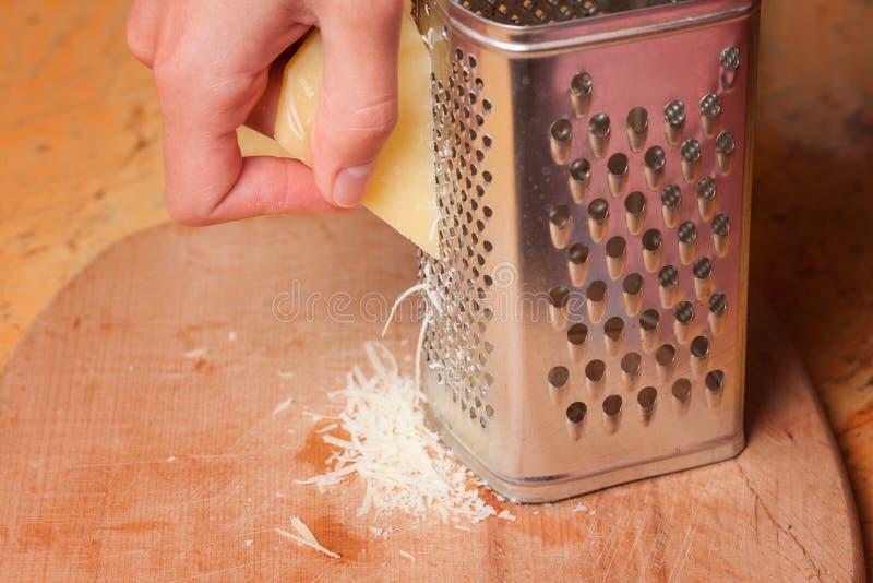 Gotować, jedzenie i domowy pojęcie, - zakończenie kobieta up wręcza gratin obraz stock
