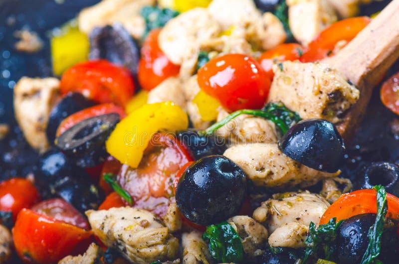 Gotować jedzenie na niecce Oliwka, rżnięta kurczak pierś, pomidory, chłodny, pieprzowy, spinacy i ziele obrazy royalty free
