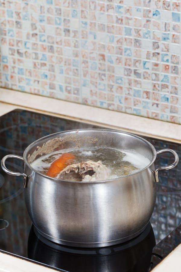 Gotować kurczaka rosół na kuchence obraz stock