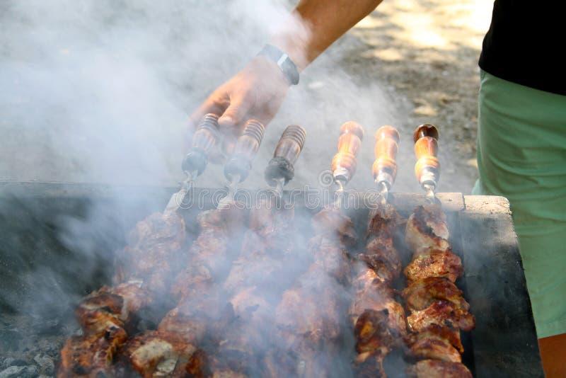Gotować smakowity grill outdoors, zbliżenie zdjęcie royalty free