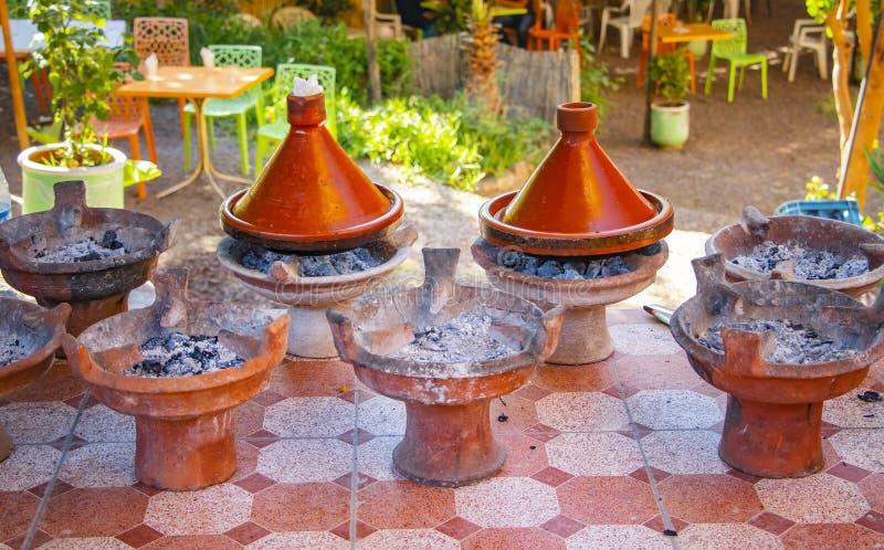 Gotować tradycyjni Marokańscy tajin naczynia To jest mięsny, niektóre owoc i vegatebles lub Ten typowy jedzenie gotuje w afrykani fotografia royalty free