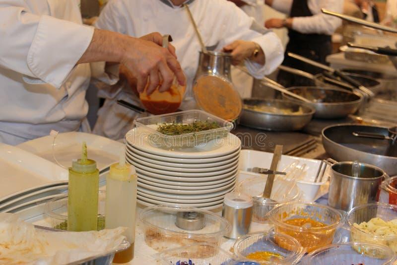 Gotować wśrodku Restaurant& x27; s kuchnia, niecki i szef kuchni z mundurem, obraz stock