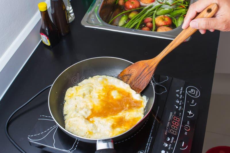 Gotować w kuchni zdjęcie stock