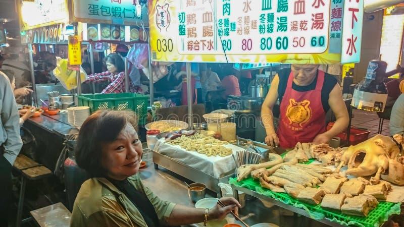 Gotowana gąska w Taipei nocy rynku obraz royalty free