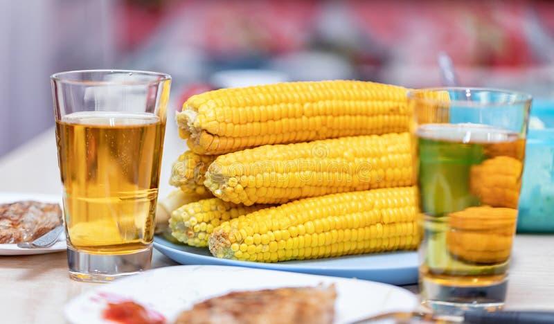 Gotowana kukurudza na cob, piec mięsie i piwie w szkłach, obrazy royalty free