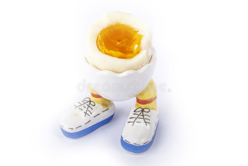 Gotowanego jajka otwarta połówka z nogami odizolowywa obraz stock