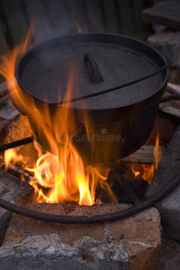 gotowanie przy ognisku obraz royalty free