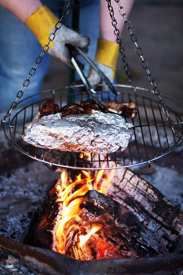 gotowanie przy ognisku zdjęcie royalty free