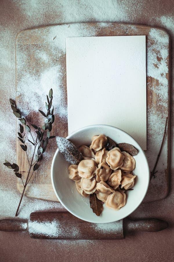 Gotowe kluchy w talerzu na drewnianej desce zdjęcie royalty free