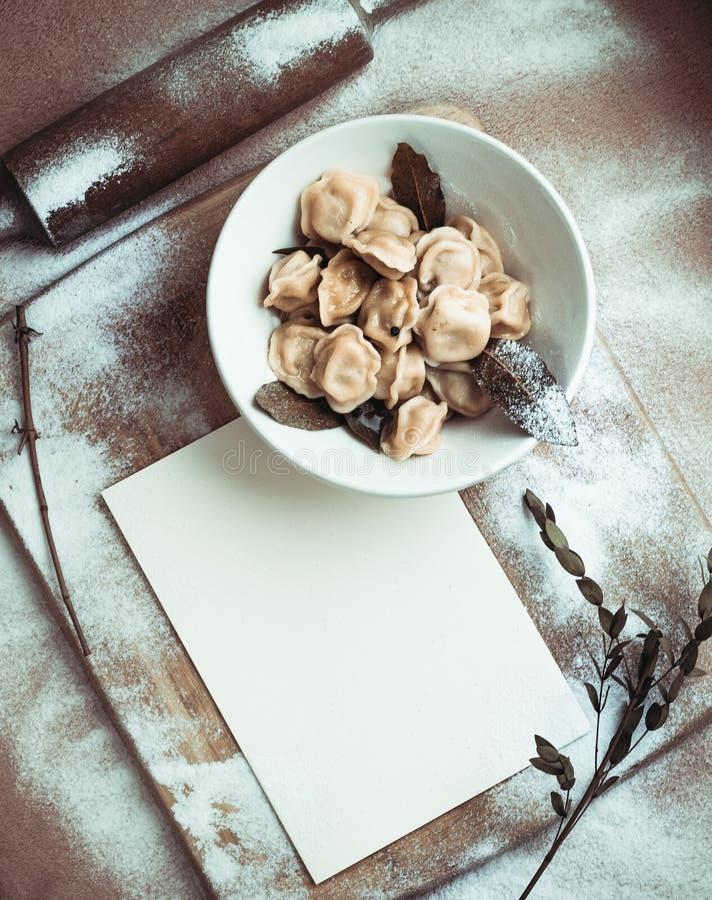 Gotowe kluchy w talerzu na drewnianej desce obrazy stock