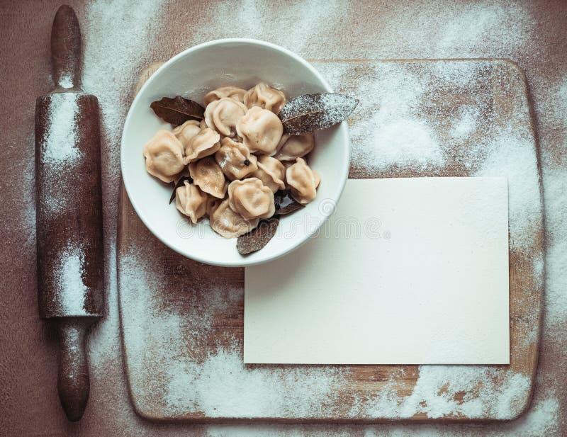 Gotowe kluchy w talerzu na drewnianej desce zdjęcia stock
