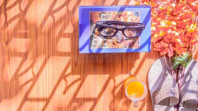 gotowy do Odgórnego widoku plaży tło istotni nowożytni lato kobiet akcesoria w drewnianym stole Okulary przeciwsłoneczni, Słomian zdjęcia royalty free