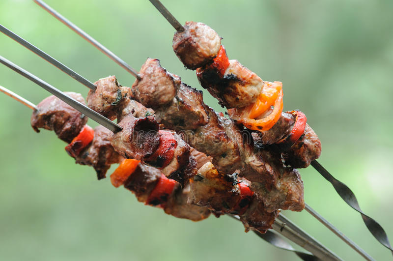 Gotowy mięso i warzywa shish kebab piec na grillu nad węglem drzewnym zdjęcia royalty free