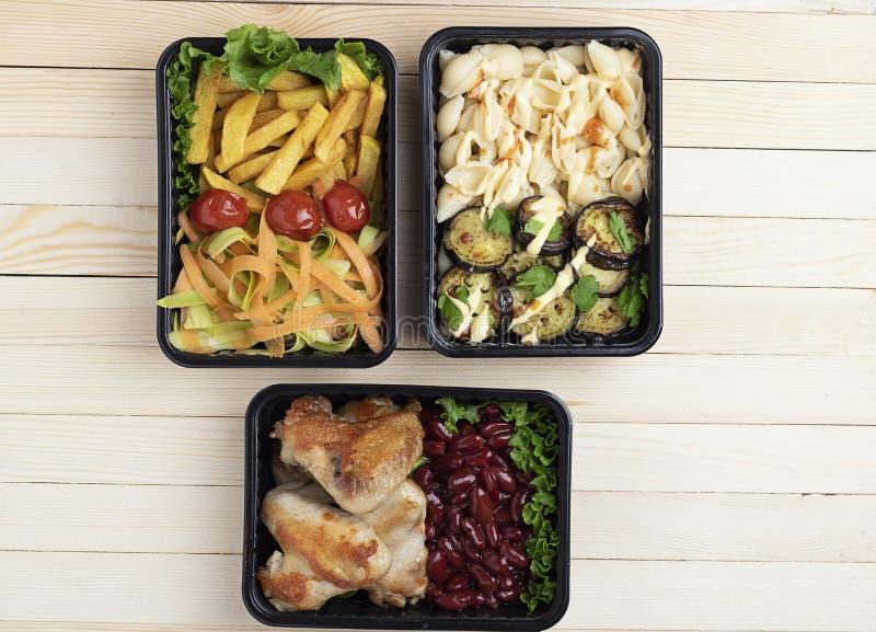 Gotowy posiłek jeść, zbiorniki z, czereśniowy pomidor i mikro zielenie, pieczonych kurczaków skrzydłami i surowymi warzywami na n zdjęcie stock