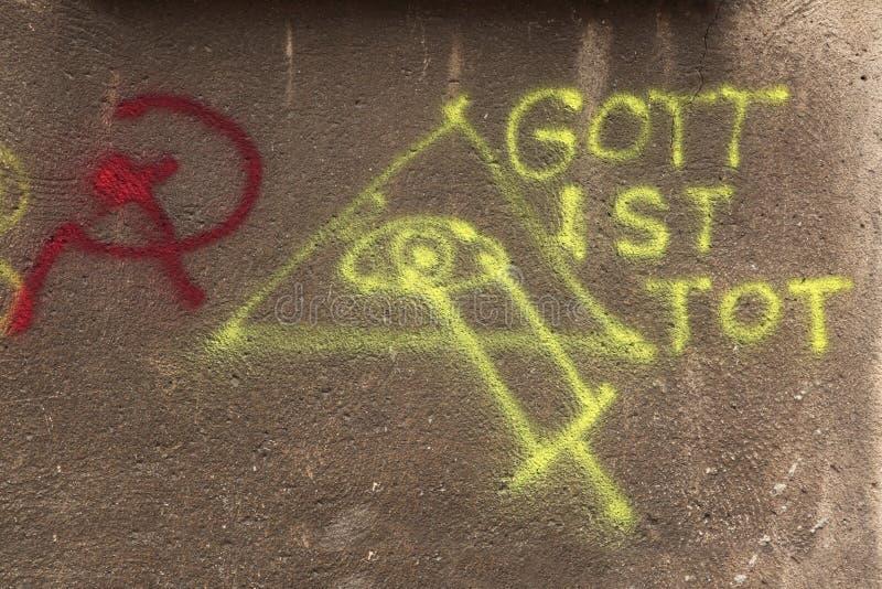 Gott Ist小孩 背景眼睛上帝盾白色 棍子和发嗡嗡声的东西 街道graffi 免版税库存照片