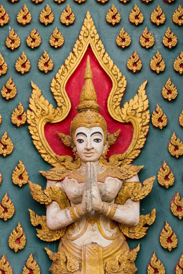 Gott- oder Engelsstuckskulptur verzieren für Tempelwand lizenzfreies stockbild