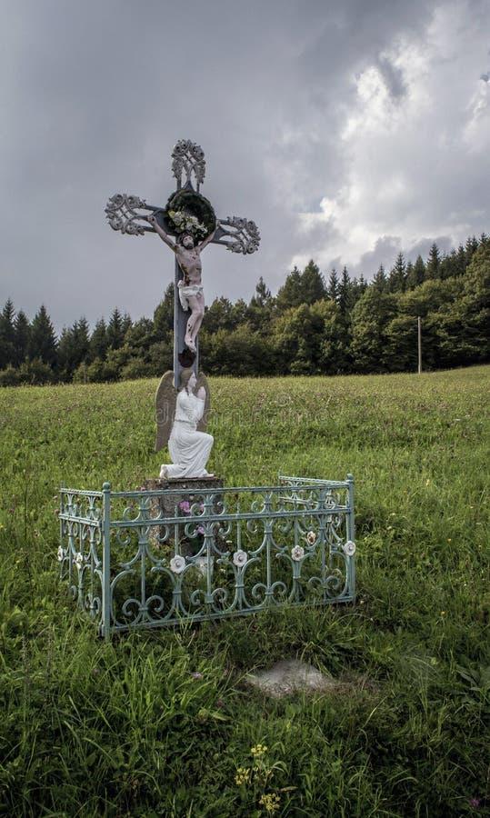 Gott ` s Folterung in einer weißen Scheune an der Spitze der weißen Karpaten lizenzfreies stockbild