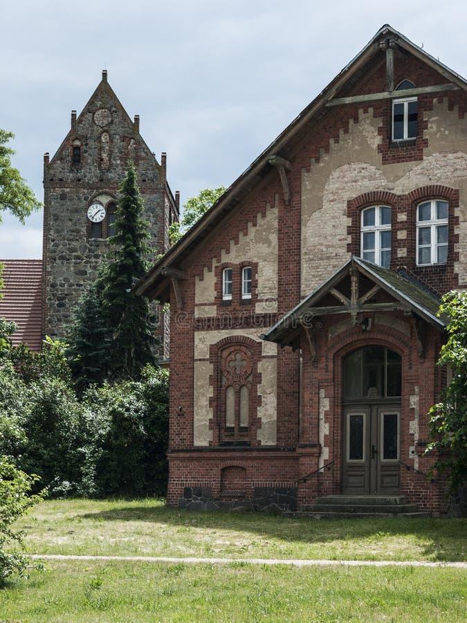 Gottberg-Pfarrhaus-Feldsteinkirche стоковые изображения