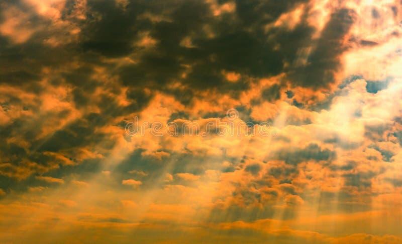Gottlicht Drastischer dunkler bewölkter Himmel mit Sonnenstrahl Gelbe Sonnenstrahlen durch die dunklen und weißen Wolken Gottlich lizenzfreies stockfoto