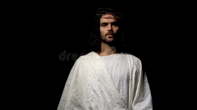 Gottsohn in Dornenkrone und Robe schreiend und betend, Vater um Gnade bitten stockfotos