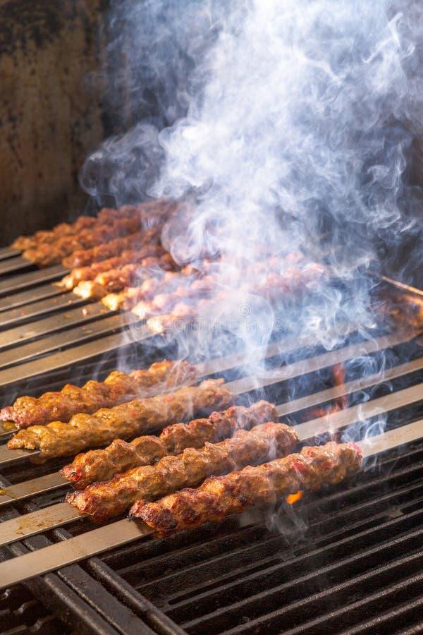 Gotujący Adana Jagnięcy Kebabs na Restauracyjnym Stylowym grillu obrazy royalty free