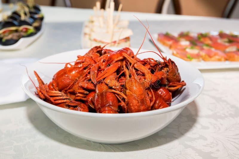 Gotujący crayfishes w bielu talerzu na stole obraz stock